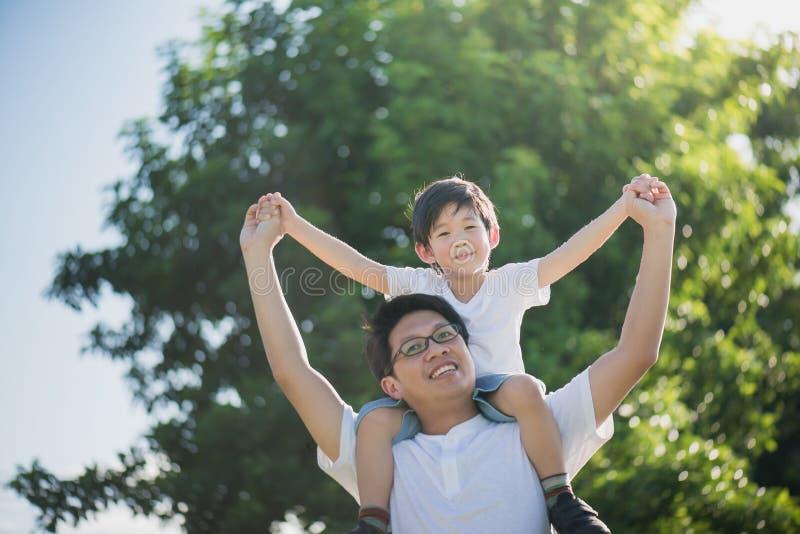 leka son för faderpark royaltyfri foto