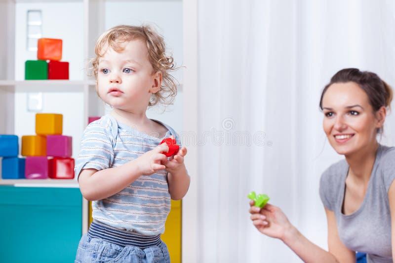 leka son för mom arkivbilder