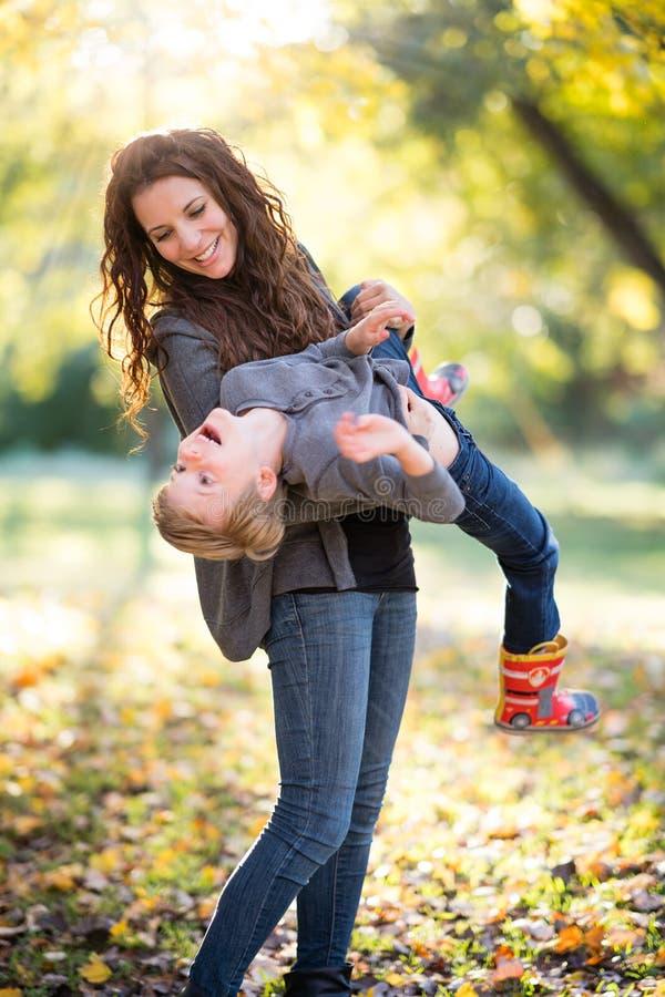 leka son för mom royaltyfri bild