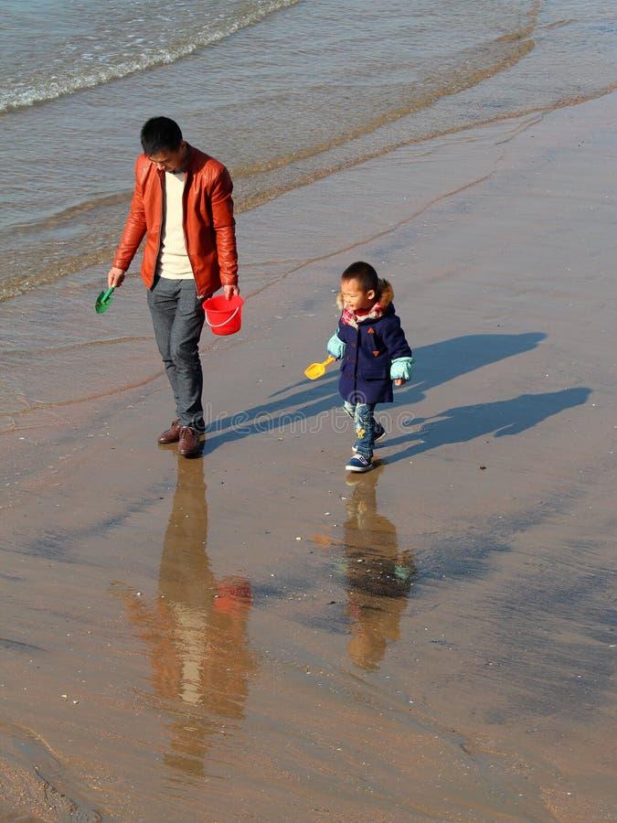 leka son för strandfader arkivfoto