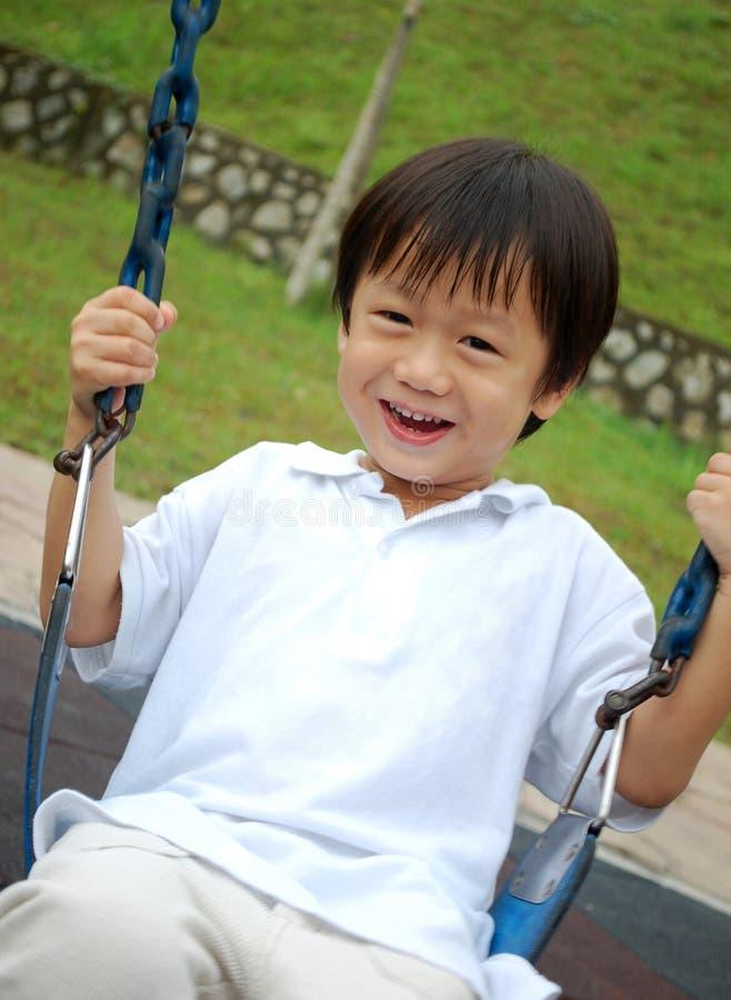leka swing för pojke arkivfoton