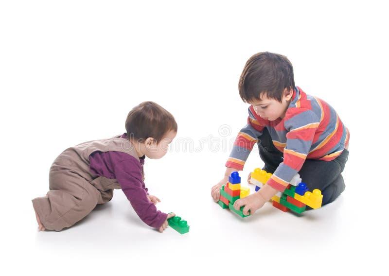 leka syster för broder tillsammans fotografering för bildbyråer