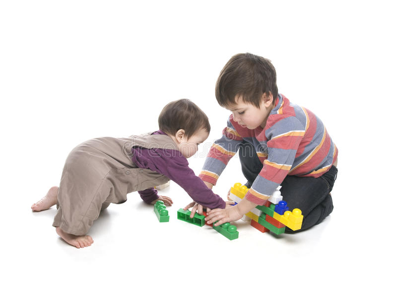 leka syster för broder tillsammans royaltyfri bild