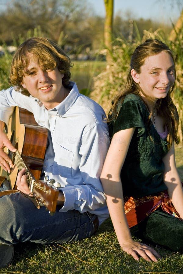 leka syster för brodermusik royaltyfria foton