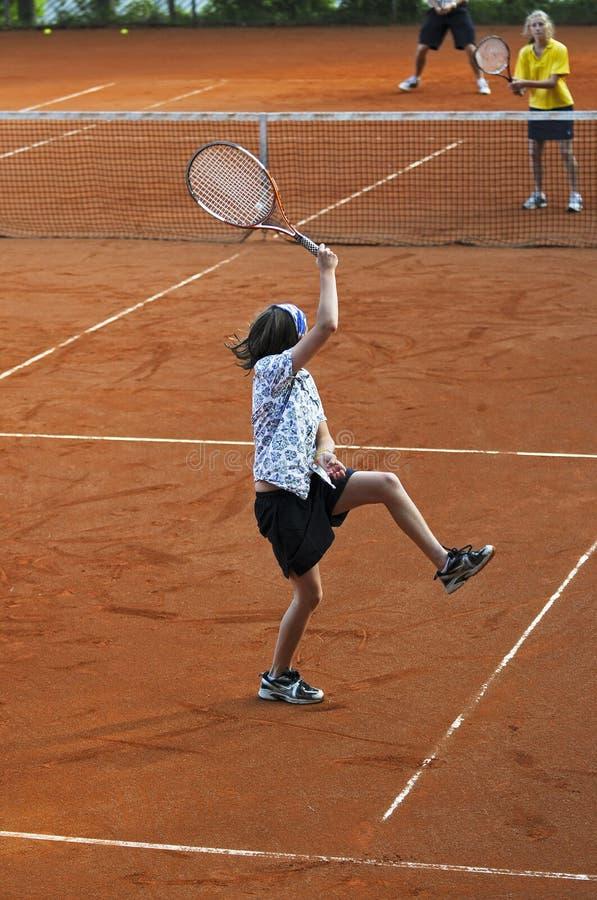 leka tennis för familj arkivbilder