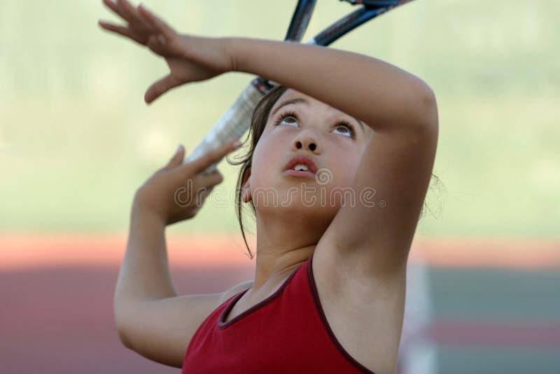 leka tennis för flicka arkivbilder