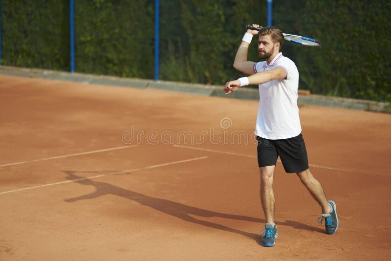 Download Leka tennis för man arkivfoto. Bild av leka, utomhus - 78726814