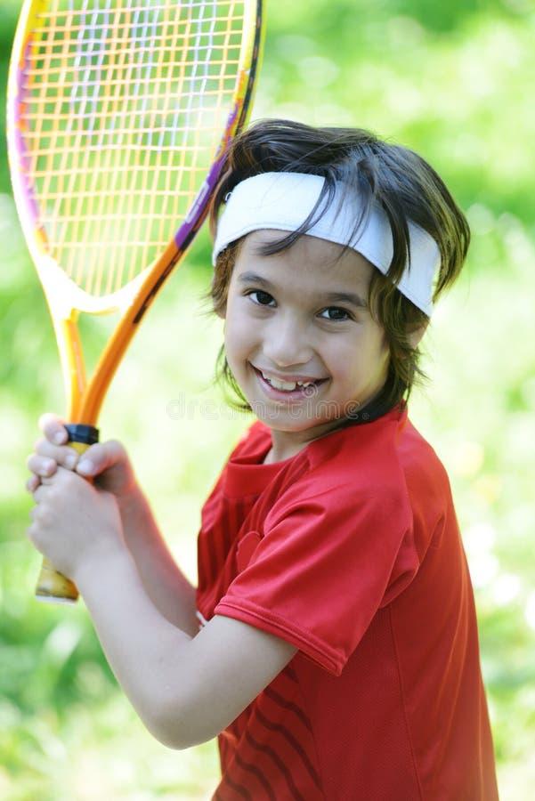 Leka tennis för unge royaltyfri bild
