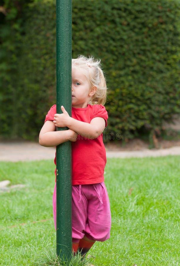 Leka tittut för liten flicka royaltyfri foto