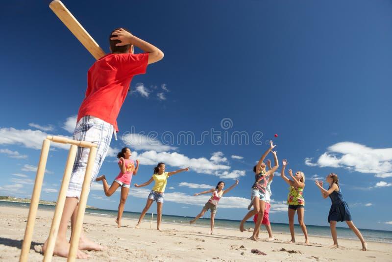 leka tonåringar för strandsyrsa arkivbild