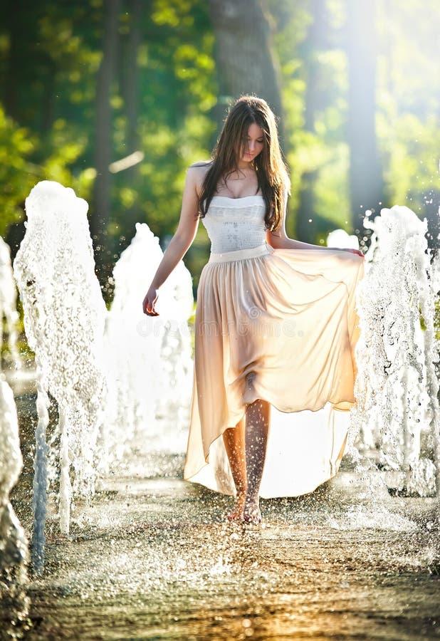 leka vatten för attraktiv springbrunnflicka fotografering för bildbyråer