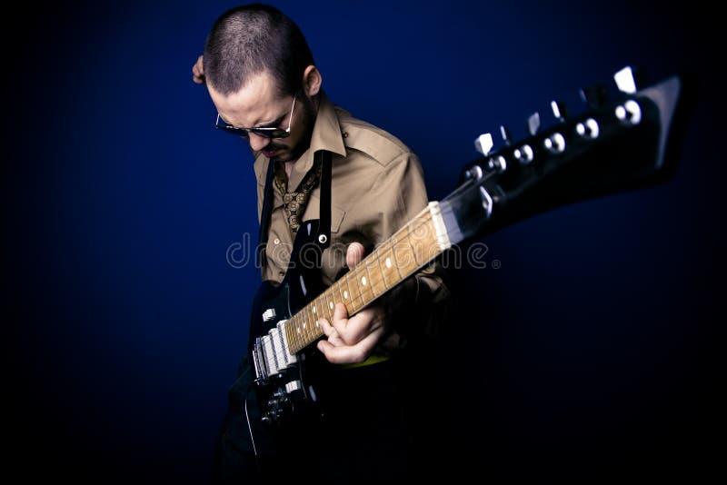 leka vippa för gitarr royaltyfri bild