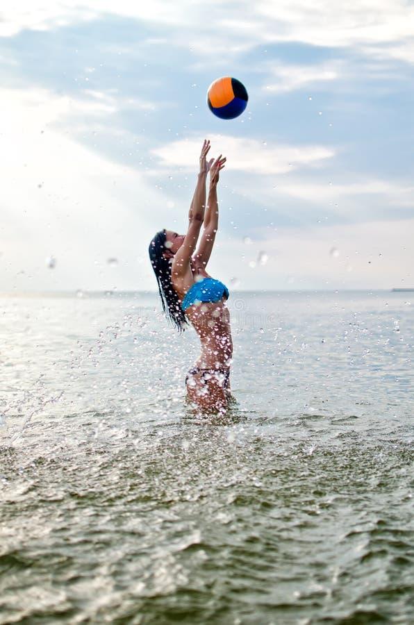 Leka volleyboll för ung kvinna arkivbild