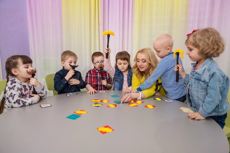 Lekar för bräde för barnlek arkivfoto
