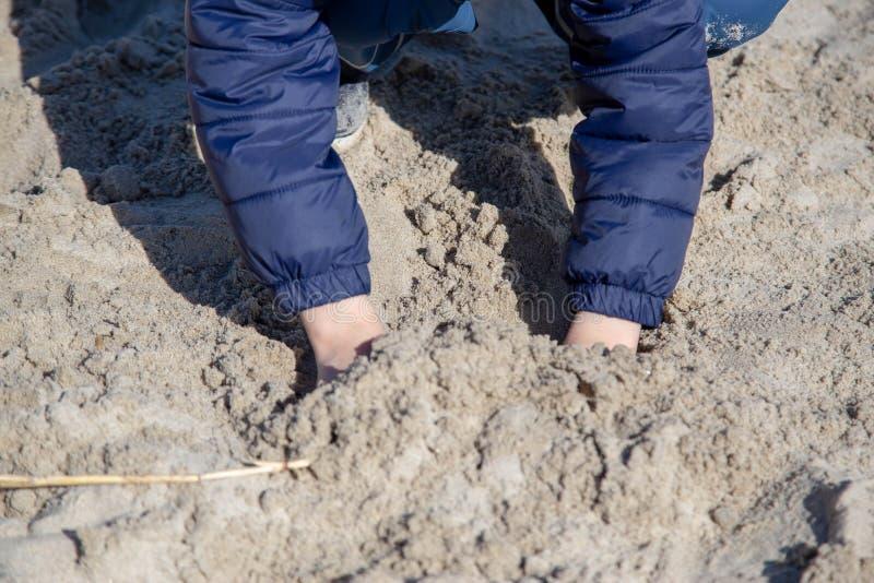Lekar för ett barn i sanden arkivbilder