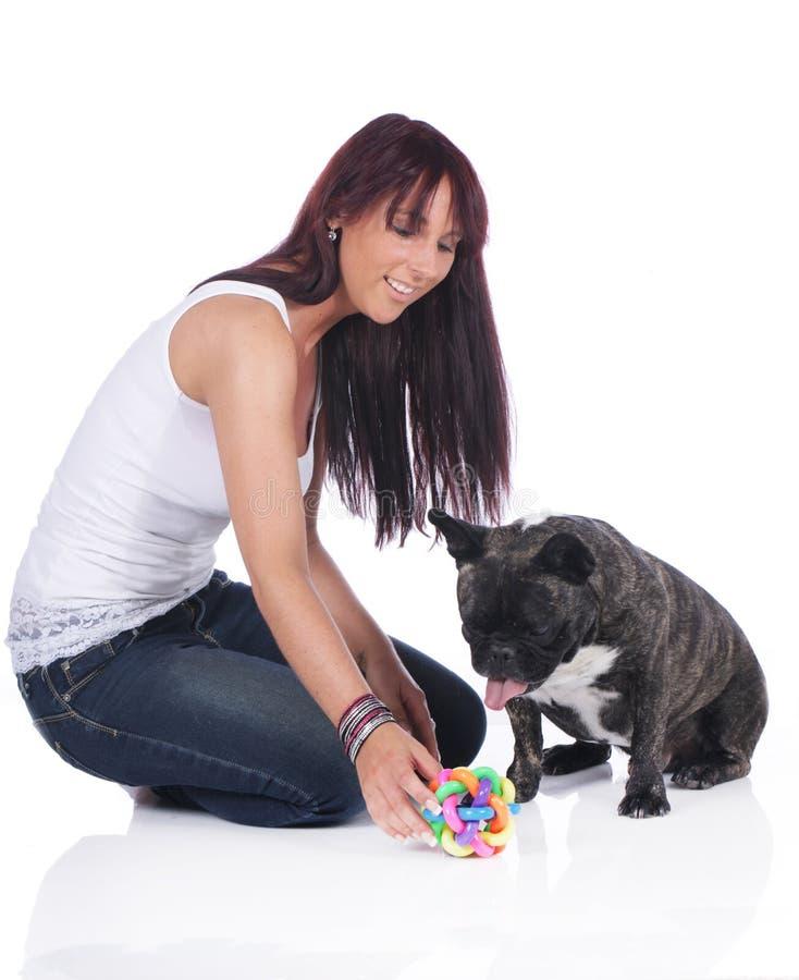 Lekar för ung kvinna med den franska bulldoggen royaltyfria foton