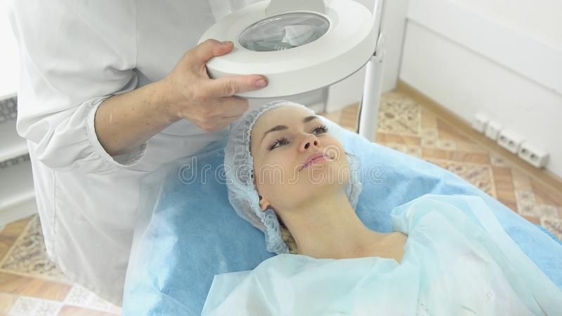 Lekarka - beautician trzyma przyjęcie obraz stock