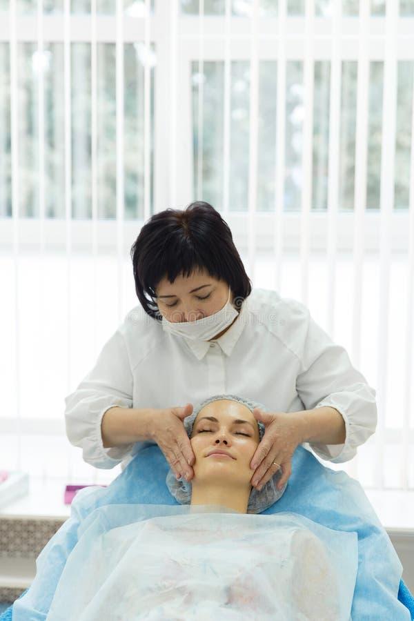 Lekarka - beautician trzyma przyjęcie fotografia stock
