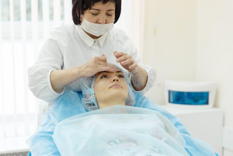 Lekarka - beautician trzyma przyjęcie obraz royalty free