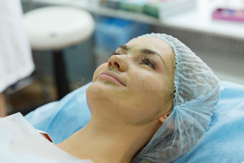 Lekarka - beautician trzyma przyjęcie zdjęcia stock
