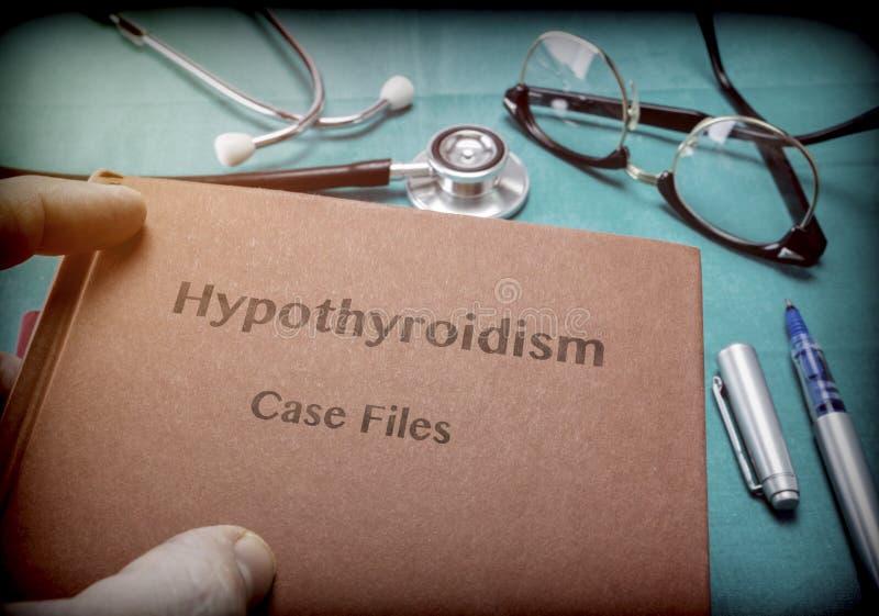 Lekarka chwyty w swój rękach książka na Hypothyroidism obraz royalty free