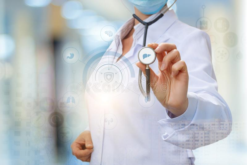 Lekarka diagnozuje wątróbkę obrazy stock