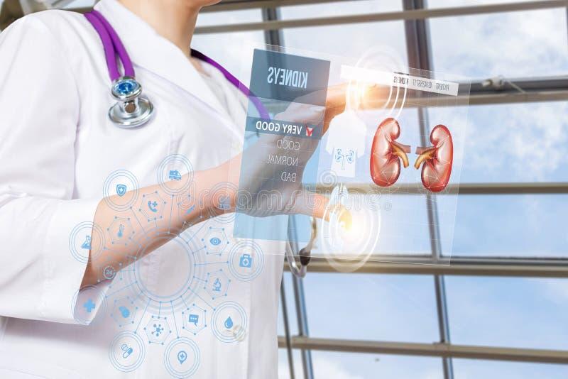 Lekarka działa z cierpliwą cyfrową medyczną kartą lub cynaderki traktowania strukturą obraz royalty free