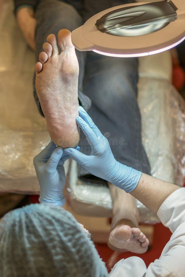 Lekarka egzamininuje pacjent stopę odosobniony nogi bólu biel Traktowanie noga ból fotografia royalty free