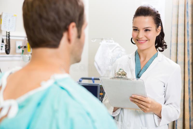 Lekarka Egzamininuje pacjenta Medycznego Z schowkiem zdjęcia stock