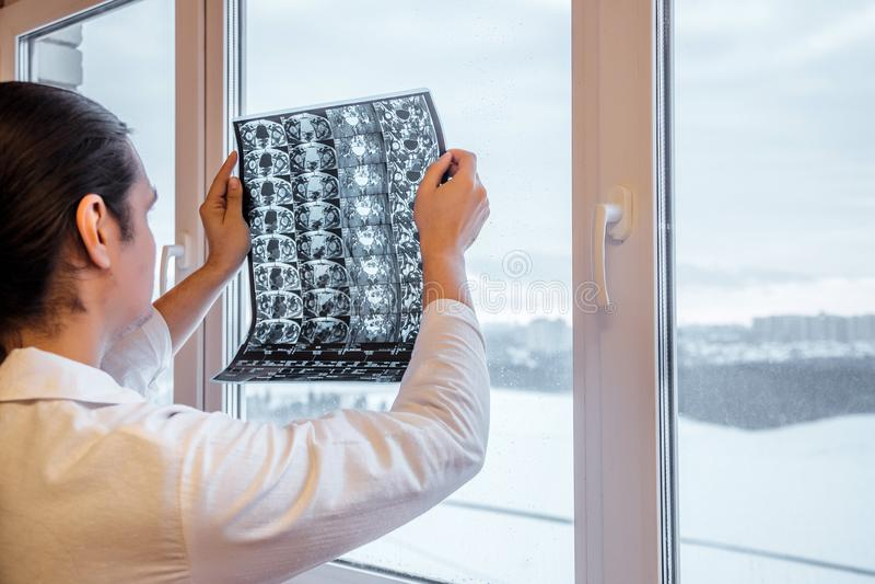 Lekarka egzamininuje rezultaty obrazowanie rezonansem magnetycznym MRI Modny złącze Selekcyjna ostrość obrazy royalty free