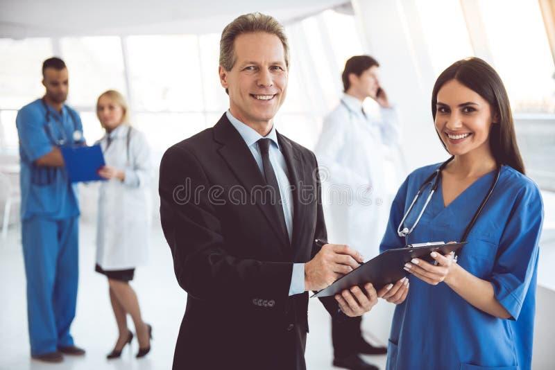 Lekarka i biznesmen obrazy royalty free