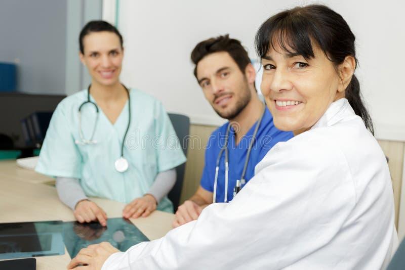 Lekarka i chirurdzy patrzeje xray film zdjęcia royalty free