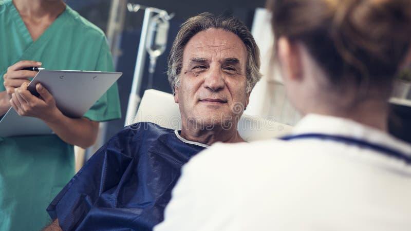 Lekarka i pacjent opowiadamy obraz stock