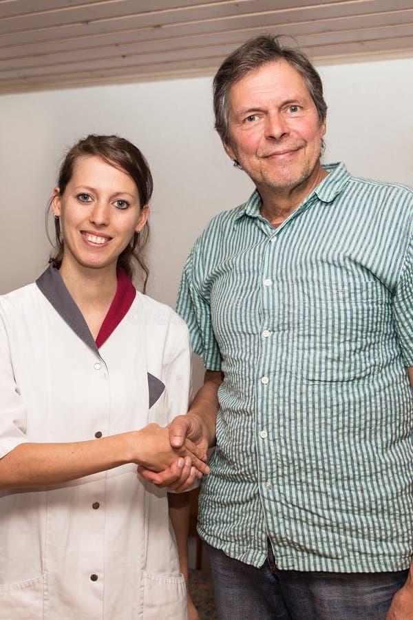 Lekarka i pacjent z uściskiem dłoni fotografia stock