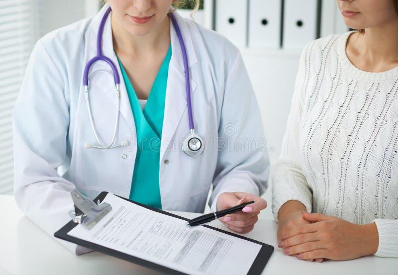 Lekarka i pacjent, zakończenie ręki Lekarz opowiada o badanie medyczne rezultatach Medycyna, opieka zdrowotna zdjęcie stock