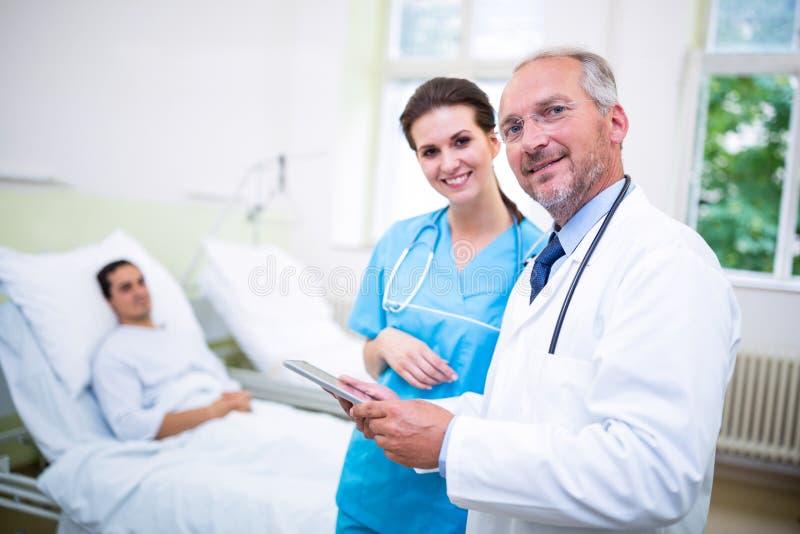 Lekarka i pielęgniarka dyskutuje na cyfrowej pastylce zdjęcia royalty free