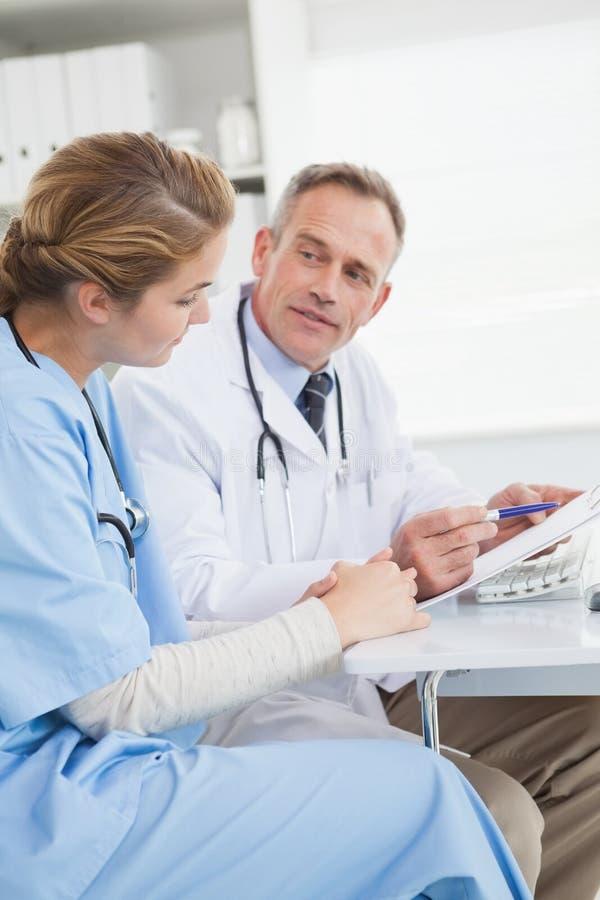 Lekarka i pielęgniarka patrzeje komputer obraz royalty free