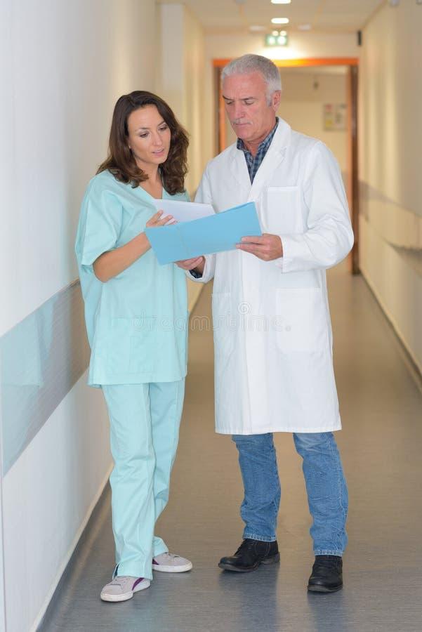 Lekarka i pielęgniarka patrzeje pacjenta truizm obraz stock