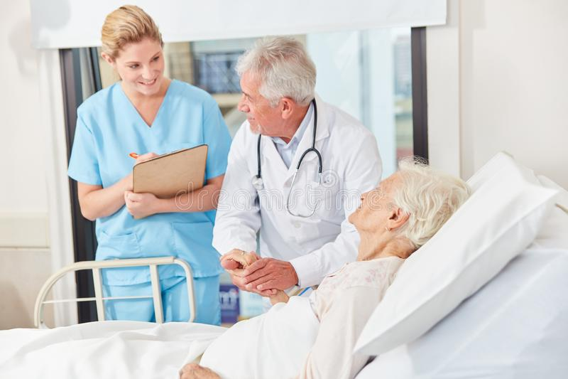 Lekarka i pielęgniarka przy Vísite obraz royalty free
