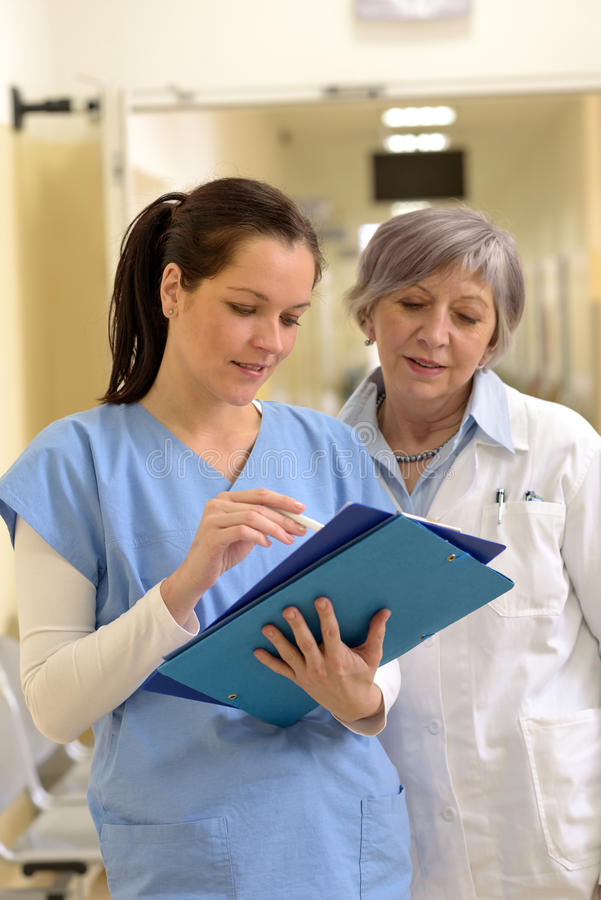 Lekarka i pielęgniarka w szpitalu obraz royalty free
