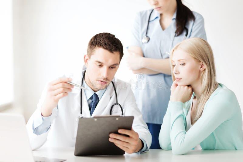 Lekarka i pielęgniarka z pacjentem w szpitalu zdjęcie stock