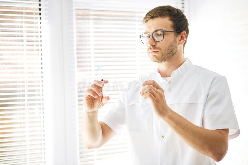 Lekarka koncentruje na jego pracie zdjęcie royalty free