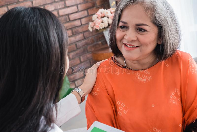 Lekarka konsultuje z starszym pacjentem zdjęcia stock