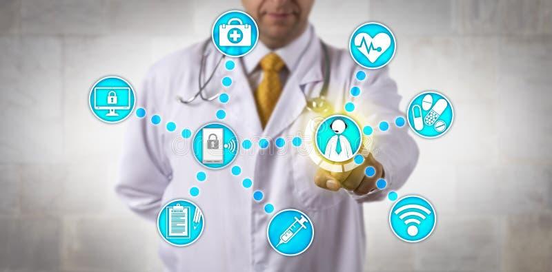 Lekarka Kontaktuje się Urzędniczego pacjenta Przez interneta zdjęcia royalty free