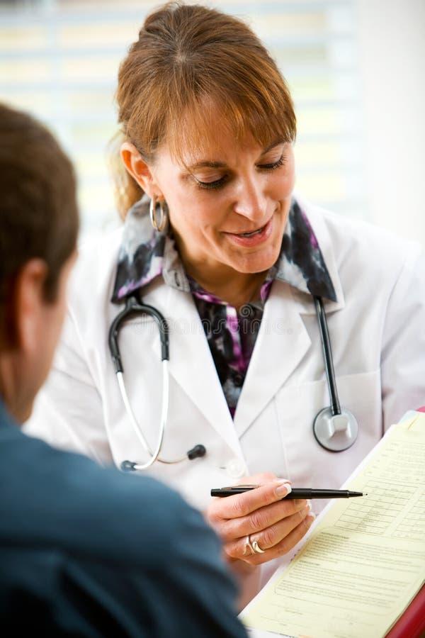 Lekarka: Lekarz Przegląda wynik testu obrazy royalty free