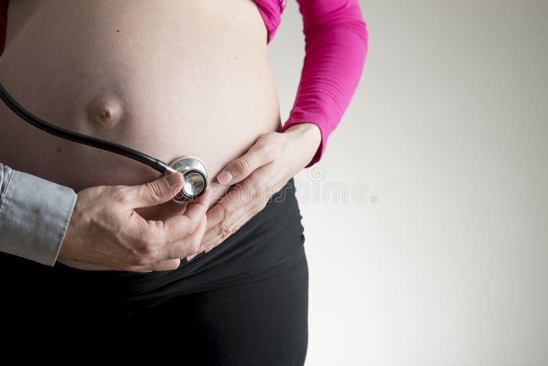Lekarka lub mąż słucha płodowy bicie serca obraz stock