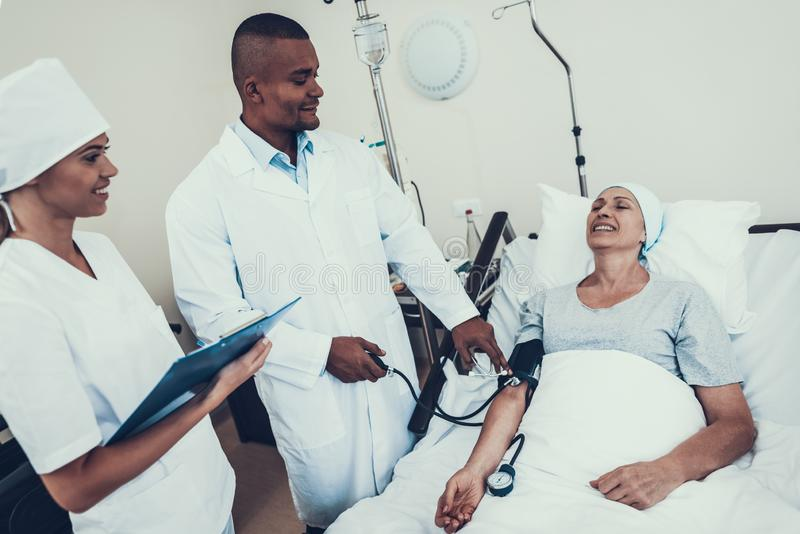 Lekarka naciska miary Cierpliwa rehabilitacja zdjęcia royalty free