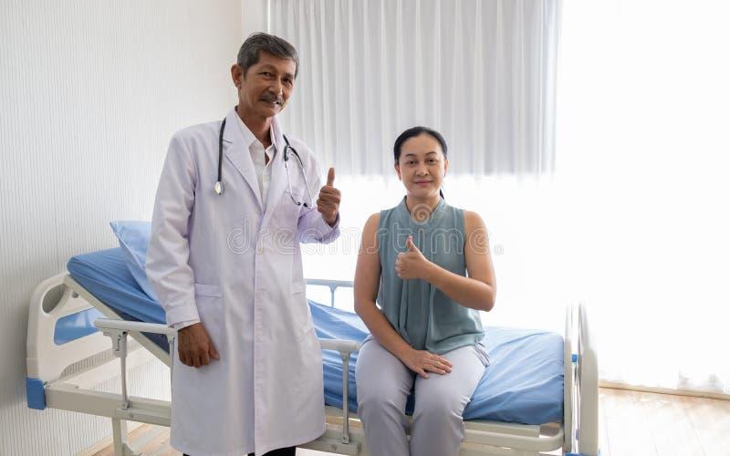 Lekarka opowiadał chorobę żeński pacjent w szpitalu lekarka opowiadająca z uśmiechem robić cierpliwemu realowi fotografia stock