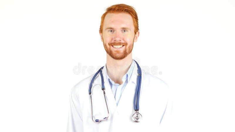 Lekarka patrzeje kamerę ono uśmiecha się z stetoskopem wokoło jego szyi, portret zdjęcia stock