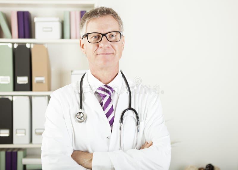 Lekarka patrzeje kamerę z stetoskopem wokoło jego szyi obraz royalty free